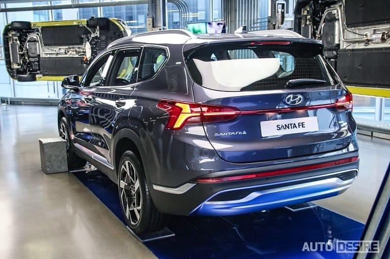 Hyundai Santa Fe 2021 bản thường nhìn từ phía sau