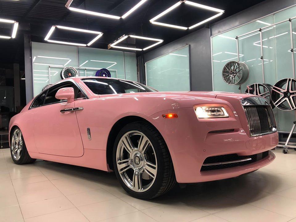 Rolls-Royce Wraith đầu tiên Việt Nam mang bộ áo hồng khiến chị em rụng tim