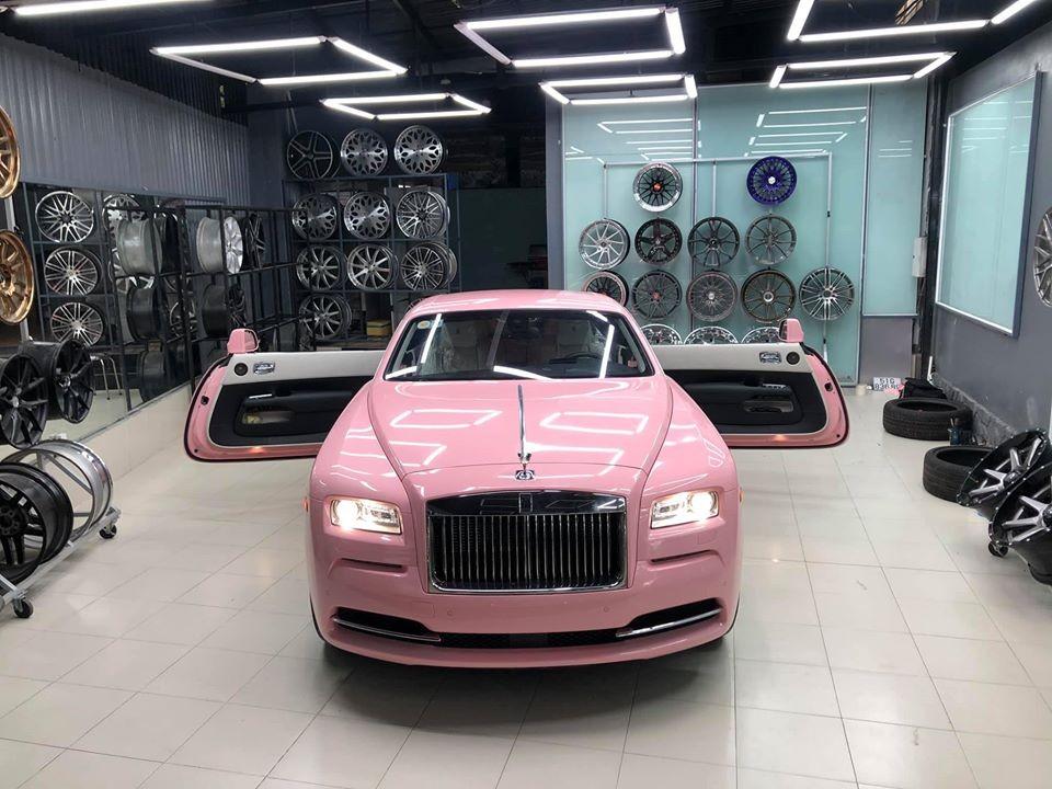 Còn đây là chiếc Rolls-Royce Wraith màu hồng đầu tiên ở Việt Nam mới ra lò