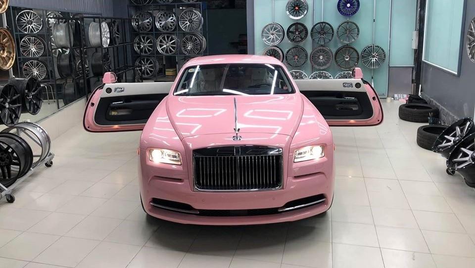 Một chiếc Coupe siêu sang Rolls-Royce Wraith dán màu hồng tại Việt Nam