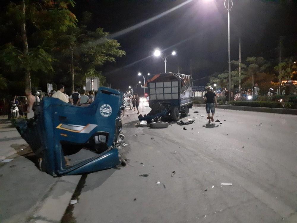 Chiếc ô tô tải bị vỡ làm đôi sau cú va chạm mạnh với chiếc Ford Ranger