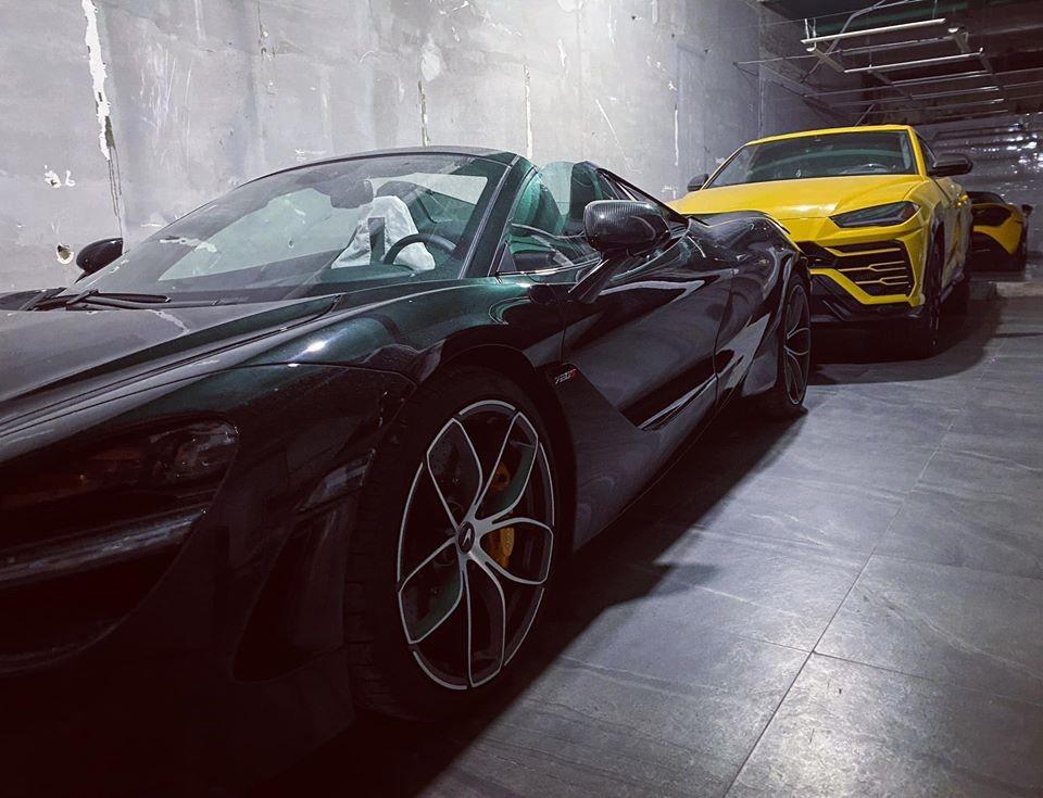 Hai chiếc McLaren 720S Spider màu đen và vàng kẹp giữa là Lamborghini Urus