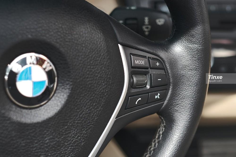 Cụm điều khiển bên phải có các nút điều chỉnh âm lượng, menu và đàm thoại rảnh tay