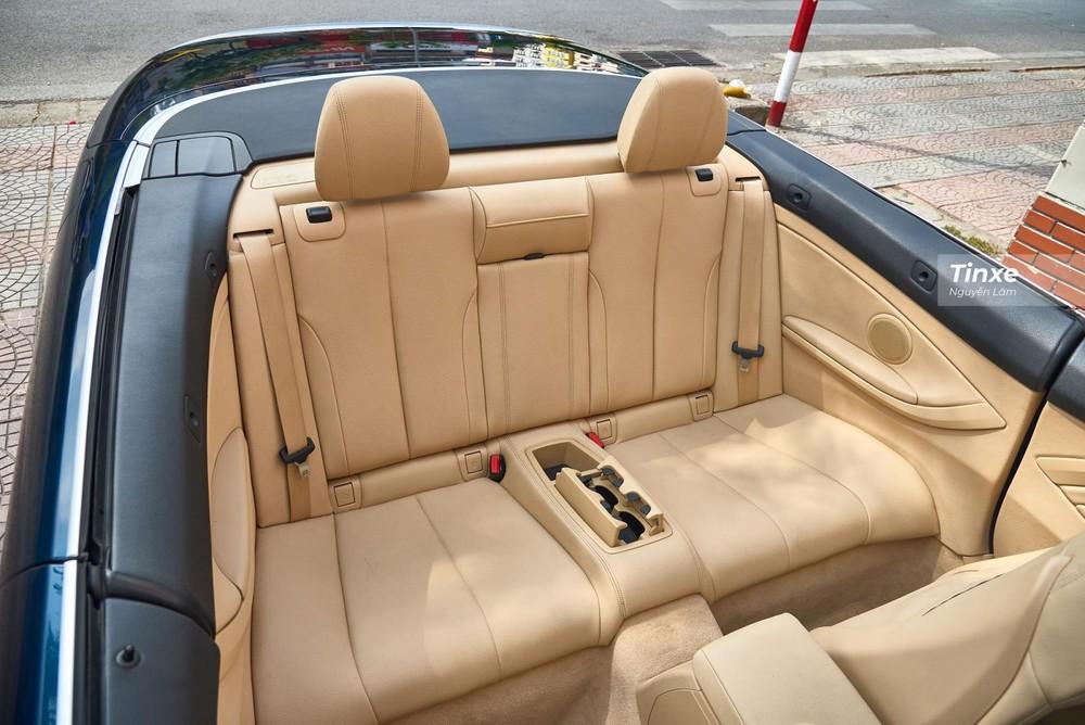 Với chiều dài cơ sở lên đến 2.810 mm, hàng ghế thứ 2 của BMW 420i Convertible 2016 có không gian để chân khá rộng rãi nhưng chỉ có 2 chỗ ngồi