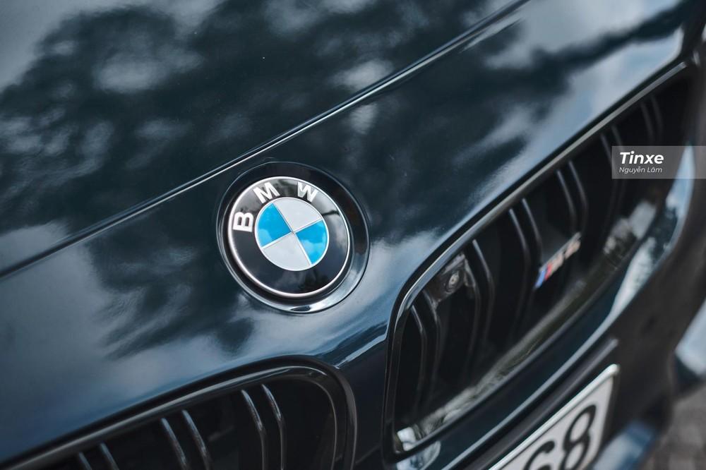 Logo BMW trên đầu xe còn sáng bóng như mới