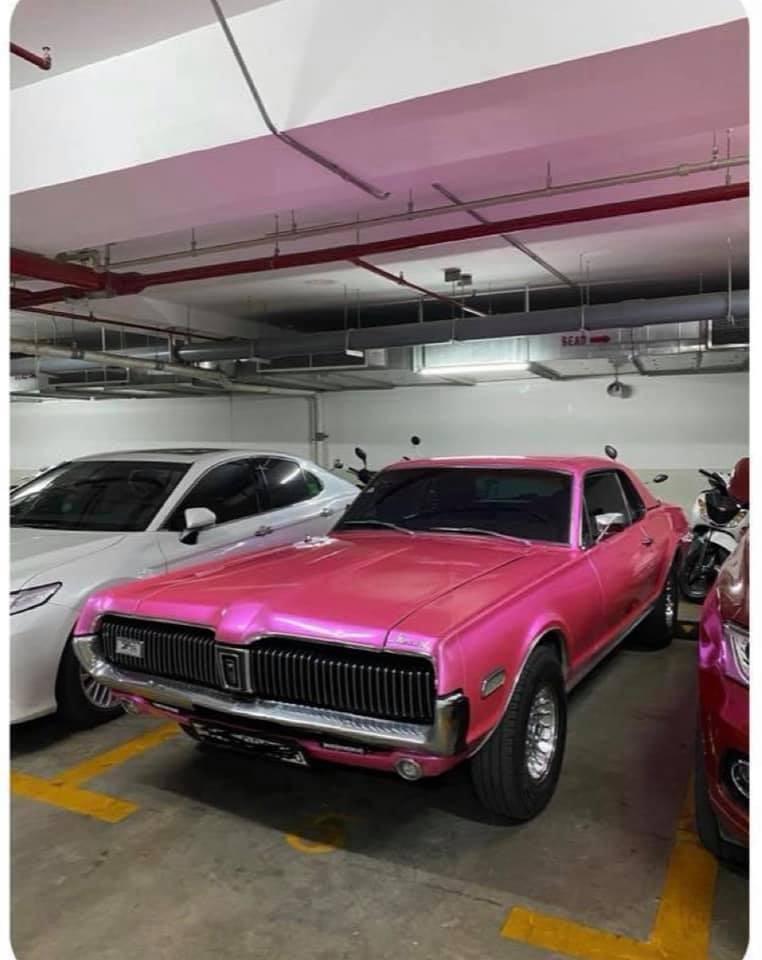 Xe hiện mang bộ áo màu hồng