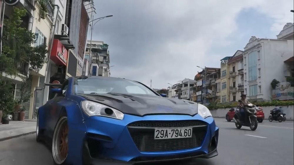 Một chiếc Hyundai Genesis độ body kit thân rộng mang biển Hà Nội