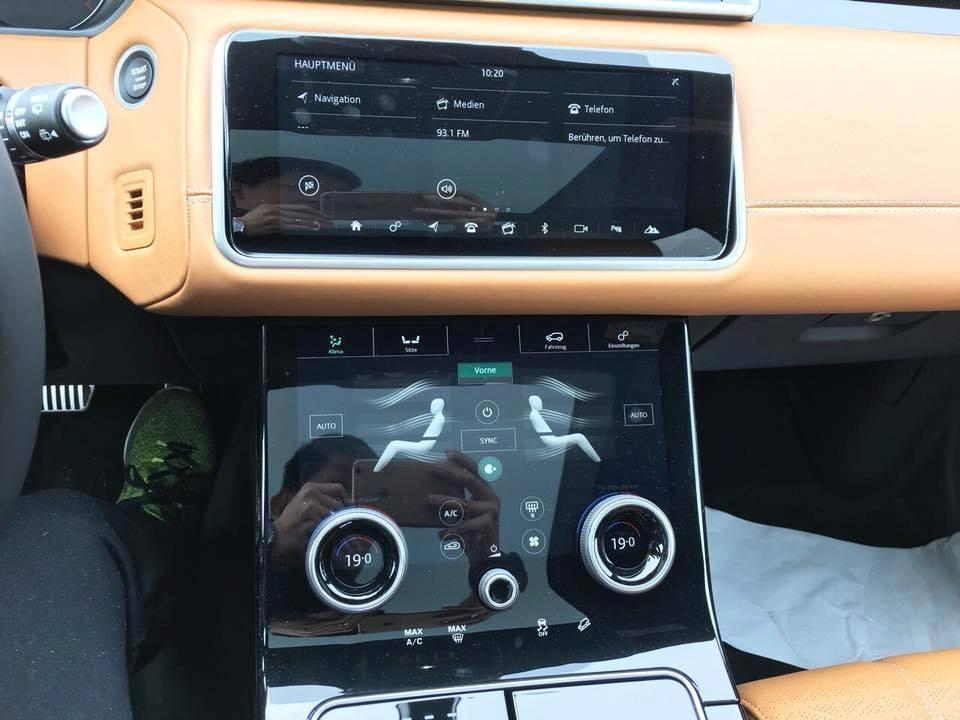 Hai màn hình cảm ứng 10 inch siêu rộng nằm liền nhau theo chiều dọc của một chiếc Range Rover Velar