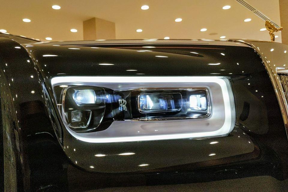 Cận cảnh đèn pha LED trên Rolls-Royce Phantom VIII