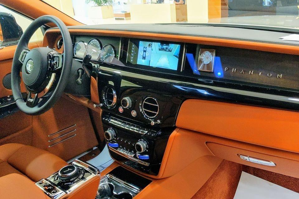 Khoang lái của Rolls-Royce Phantom thế hệ thứ 8 có chi tiết The Gallery