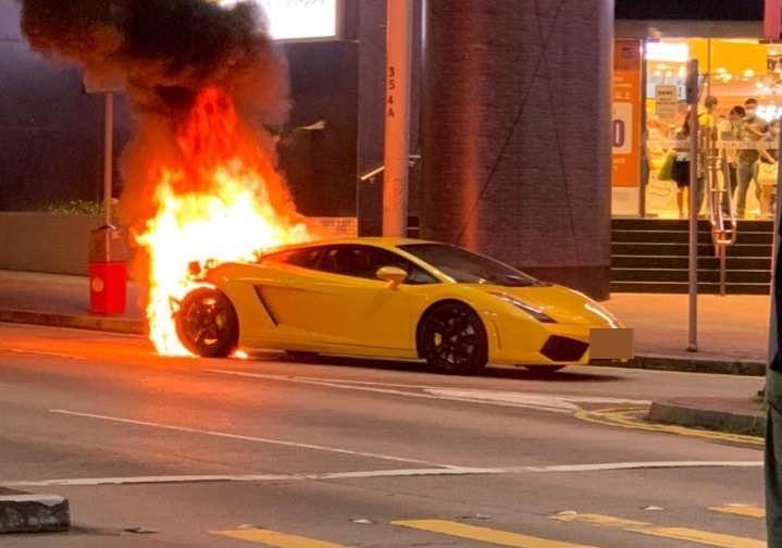 Siêu xe Lamborghini Gallardo bất ngờ bốc cháy tại trung tâm mua sắm ở Hong Kong