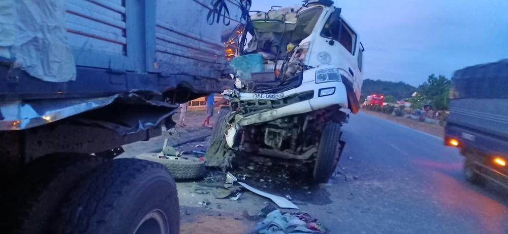 Hiện trường vụ tai nạn của xe tải với xe bồn tại Thanh Hoá
