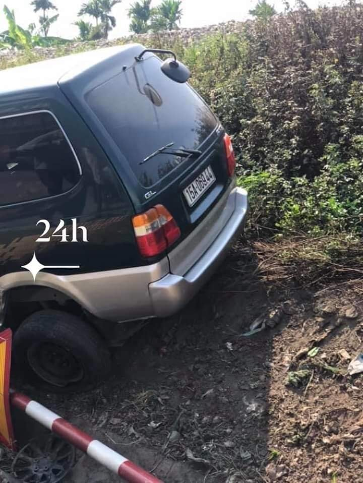 Cột biển báo nằm đổ bên cạnh chiếc ô tô
