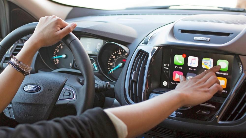 Việc sử dụng khẩu lệnh điều khiển hệ thống SYNC cho phép người lái có thể tập trung quan sát, điều khiển phương tiện hơn