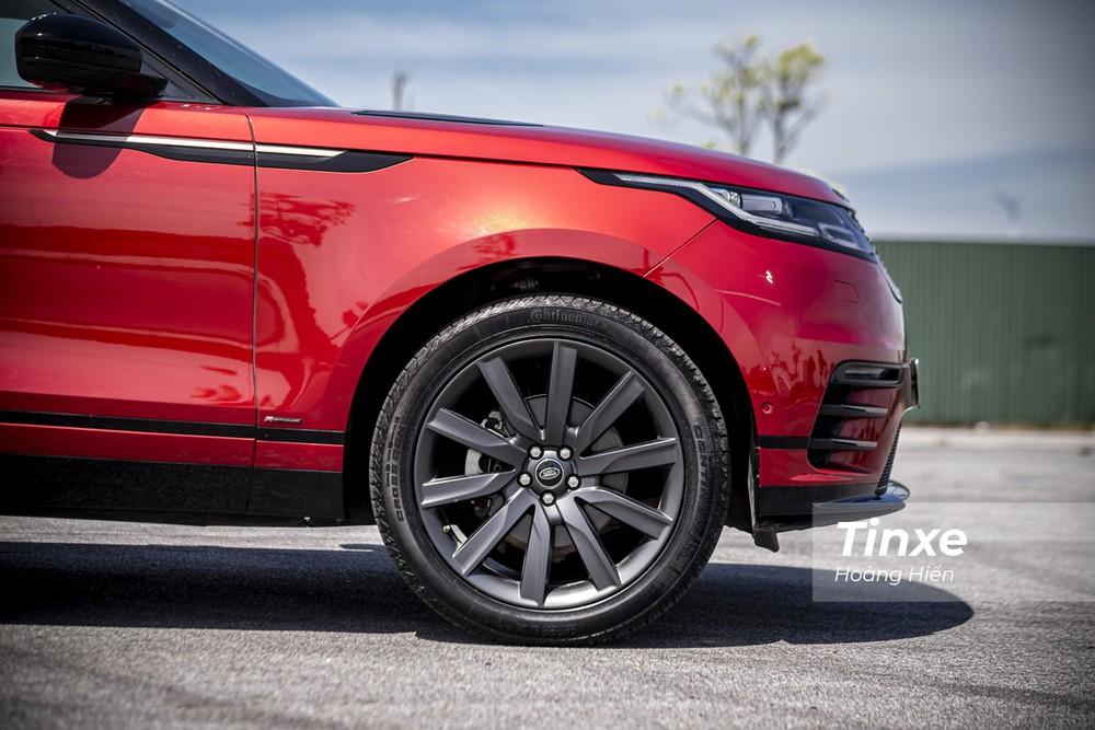 Trên chiếc Range Rover Velar R-Dynamic SE trong bài viết có thể thấy chủ nhân đã trang bị thêm bộ vành hợp kim 10 chấu kích thước tới 21 inch để mang lại sự bề thế cho chiếc xe.