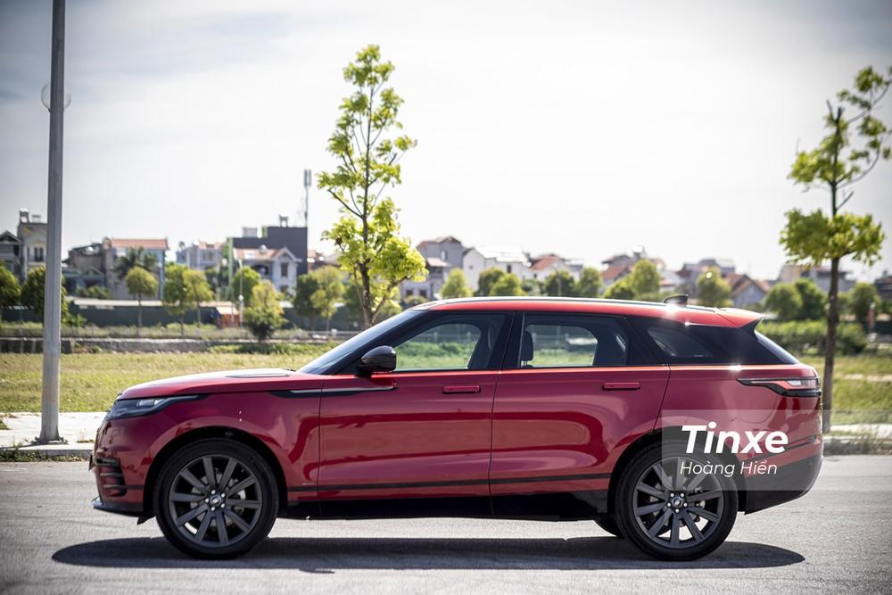 Range Rover Velar sở hữu ngoại thất khá bề thế nhờ vào thiết kế có phần vuông bắn và trường xe. Tuy nhiên, kích thước thực tế của Range Rover Velar chỉ đạt mức 4.803 x 2.145 x 1.665 mm (DxRxC) và chiều dài cơ sở đạt 2.870mm.