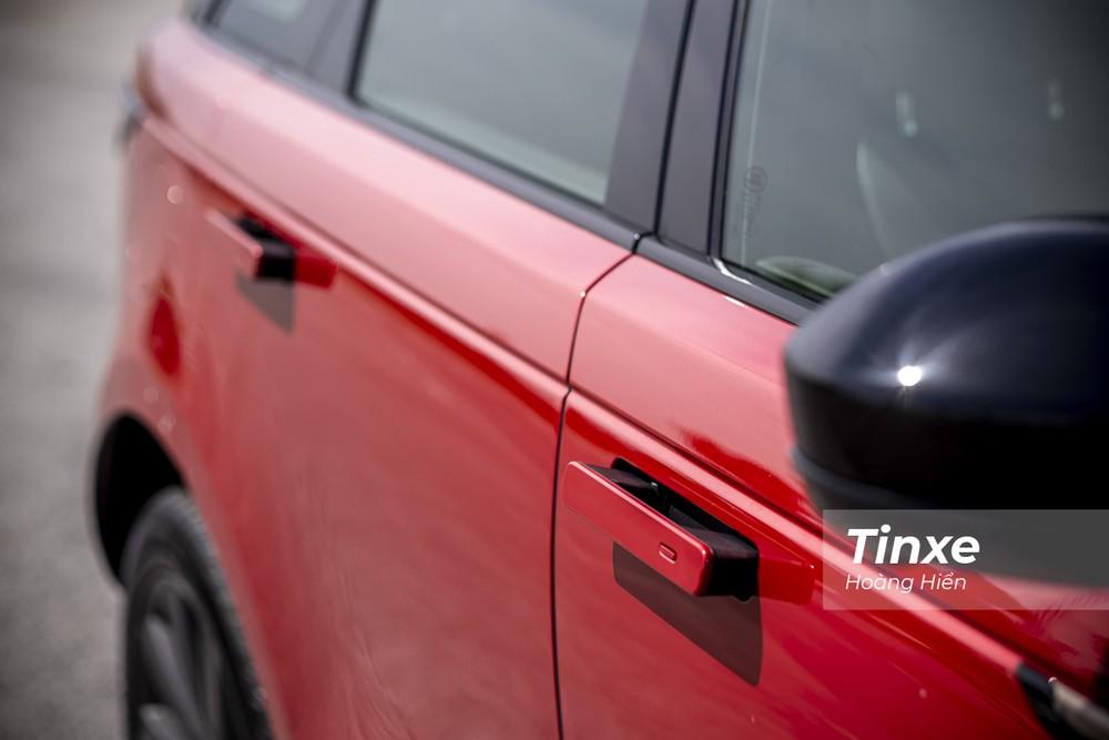 Range Rover Velar vẫn hấp dẫn nhiều người với cơ chế ẩn tay nắm cửa vào thân xe khi di chuyển nên mang đến một cảm giác liền mạch cho phần thân xe.