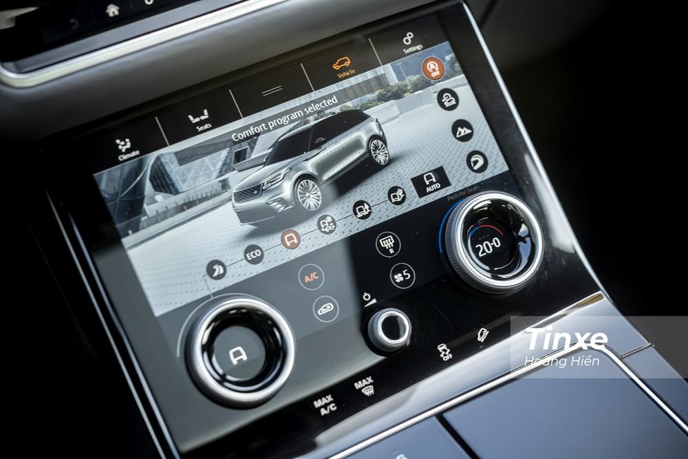 Ngay bên dưới là một màn hình cảm ứng nữa có khả năng thay đổi giao diện tuỳ theo các chế độ do người lái chọn bao gồm giao diện quản lý hệ thống điều hoà trong xe, giao diện quản lý các chế độ lái, giao diện giải trí,...