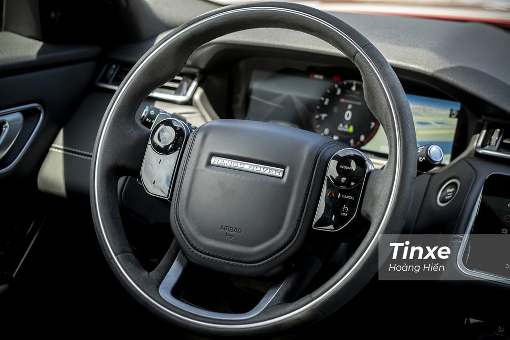 Vô-lăng 4 chấu tạo cảm giác to lớn và bề thế cho một mẫu SUV hạng sang như Range Rover Velar. Trên đó còn được tích hợp nút bấm điều khiển âm thanh, nút kích hoạt Cruise Control, LIM và cả lẫy gẩy số phía sau. Điều thú vị là các nút bấm này được thiết kế khá mượt mà, tạo cảm giác như các nút cảm ứng