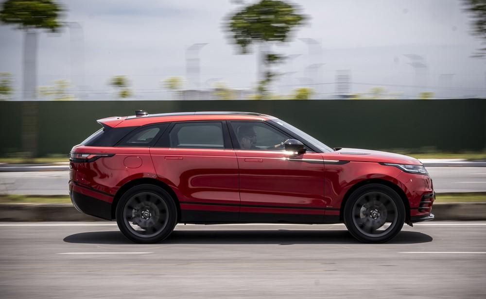 Range Rover Velar còn nổi bật nhờ khả năng offroad danh tiếng của mình khi có khoảng sáng gầm tới 248mm, khả năng lội nước 650mm và hàng loạt công nghệ hỗ trợ offroad như hệ thống thích ứng địa hình Terrain Respone 2, hỗ trợ khởi hành ở đường trơn trượt Low Traction Launch, hỗ trợ đổ đèo, công nghệ