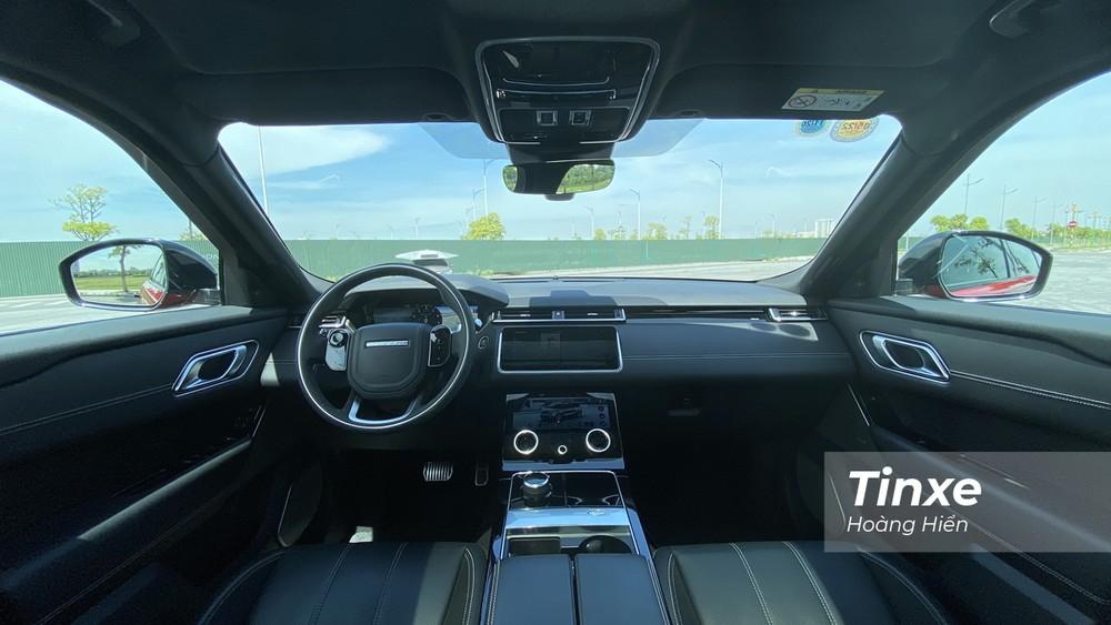 Nội thất bên trong Range Rover Velar là một kết hợp giữa tinh tế, lịch sự và thể thao với nội thất bọc da, cửa sổ trời toàn cảnh Panorama, màn hình trung tâm Touch Pro Dou,...