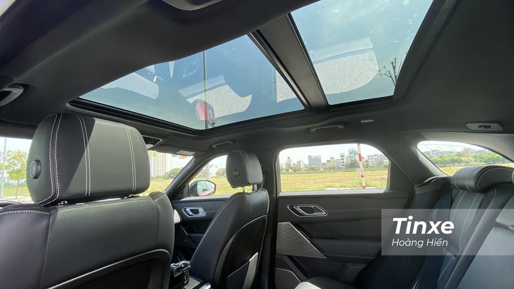 Cửa sổ trời toàn cảnh Panorama là một tuỳ chọn thêm có giá hơn 106 triệu đồng của Range Rover Velar.