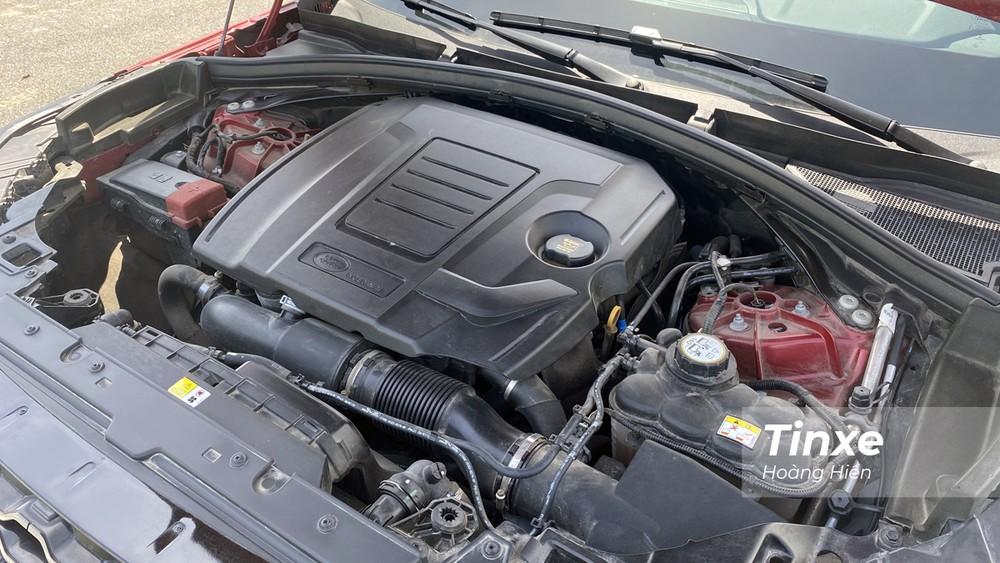 Bên dưới nắp capo của Range Rover Velar là khối động cơ xăng Ingenium dung tích 2.0L tích hợp tăng áp có khả năng sản sinh công suất đối đa 246 mã lực cùng mô-men xoắn cực đại đạt 365 Nm.