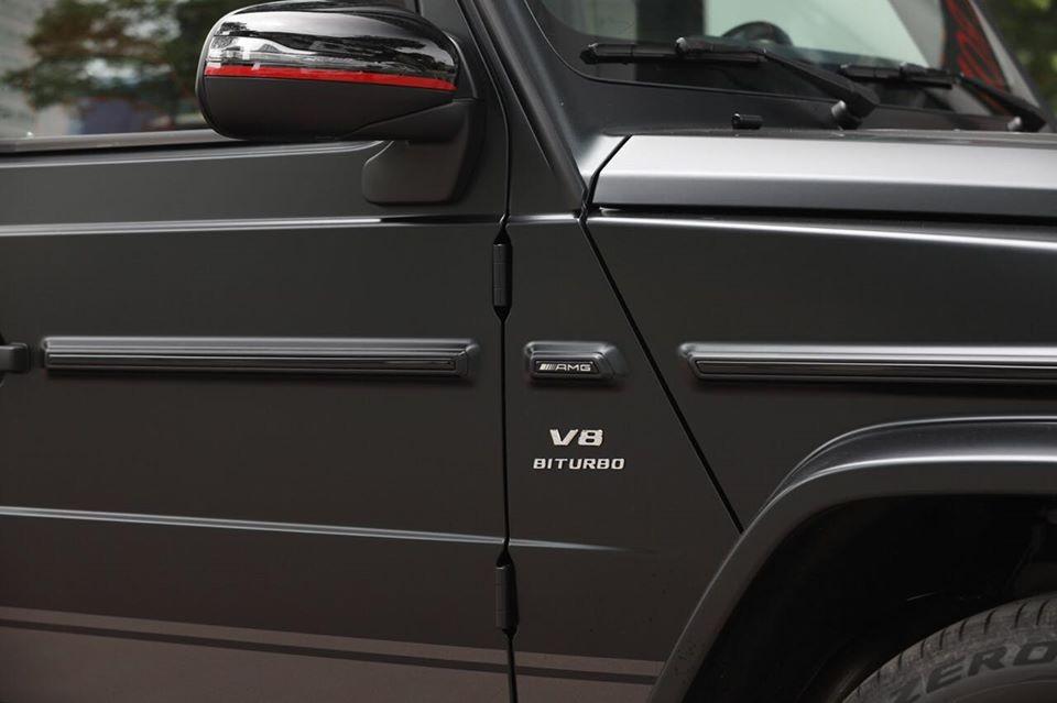 Chữ màu bạc nổi bật trên thân xe