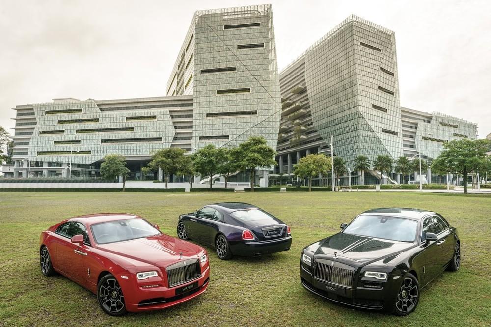 Rolls-Royce Wraith Black Badge màu đỏ cùng một chiếc khác màu đen và Rolls-Royce Ghost Black Badge
