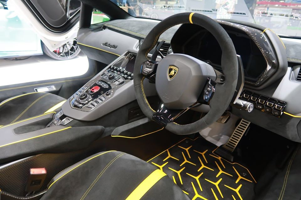 Nội thất siêu xe Lamborghini Aventador SVJ mui trần đầu tiên đến Thái Lan