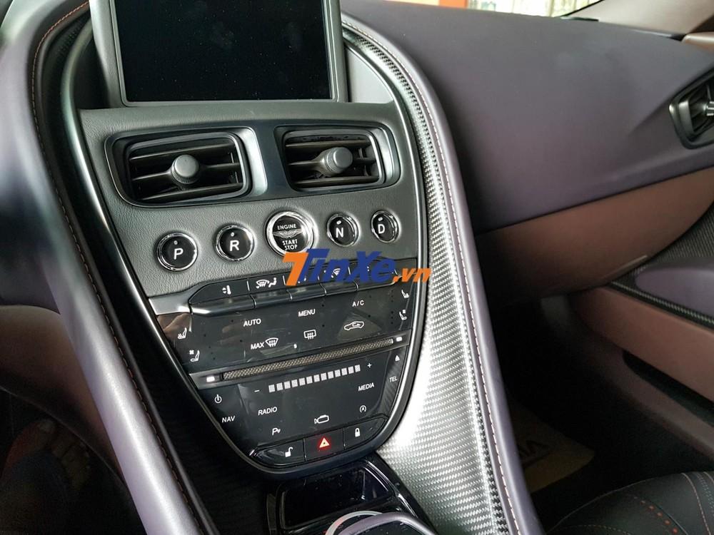Cụm bảng điều khiển lái của Aston Martin DB11