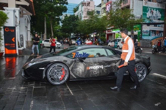 Lamborghini Huracan đen