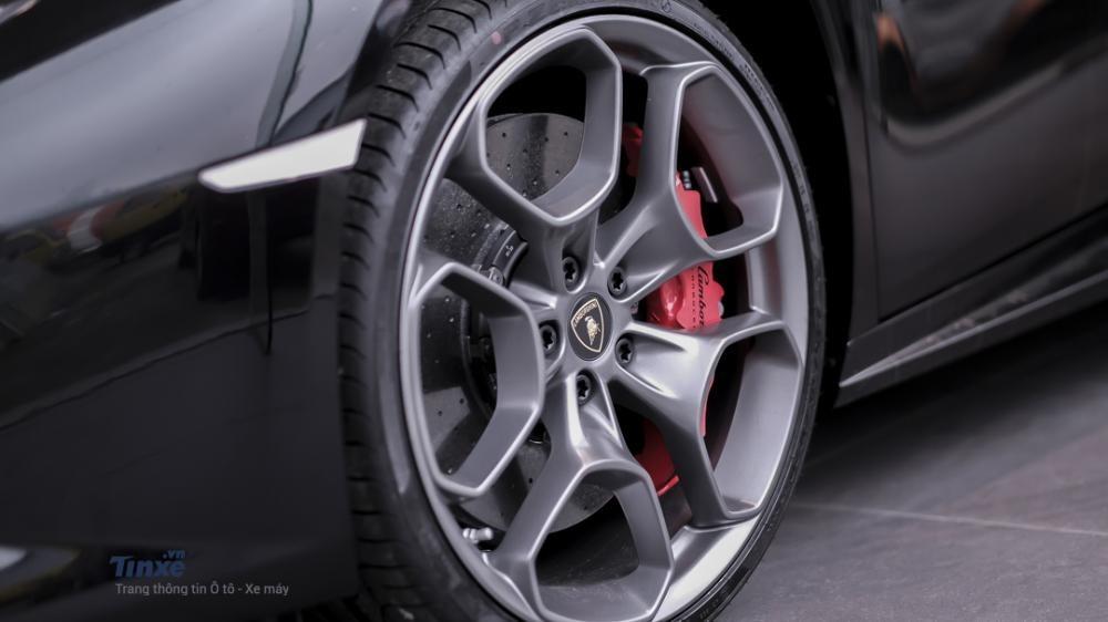 Bộ vành hợp kim đa chấu kích thước 20 cùng cùm phanh màu đỏ rất nổi bật của chiếc Lamborghini Huracan LP610-4 màu đen bóng.