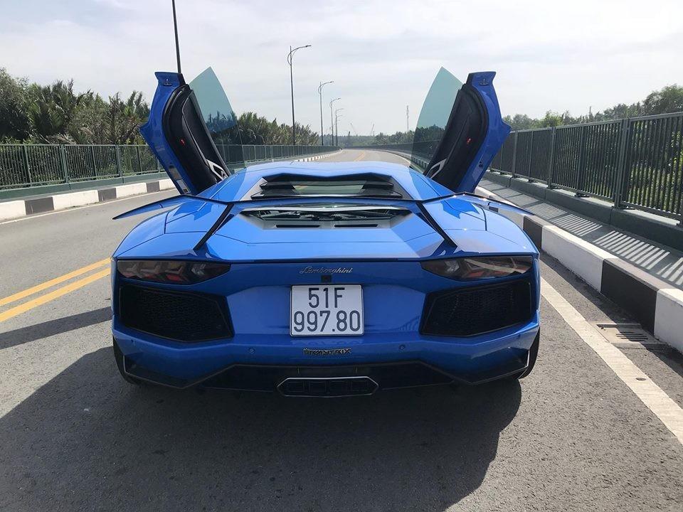 Lamborghini Aventador LP700-4 nhìn từ đuôi xe