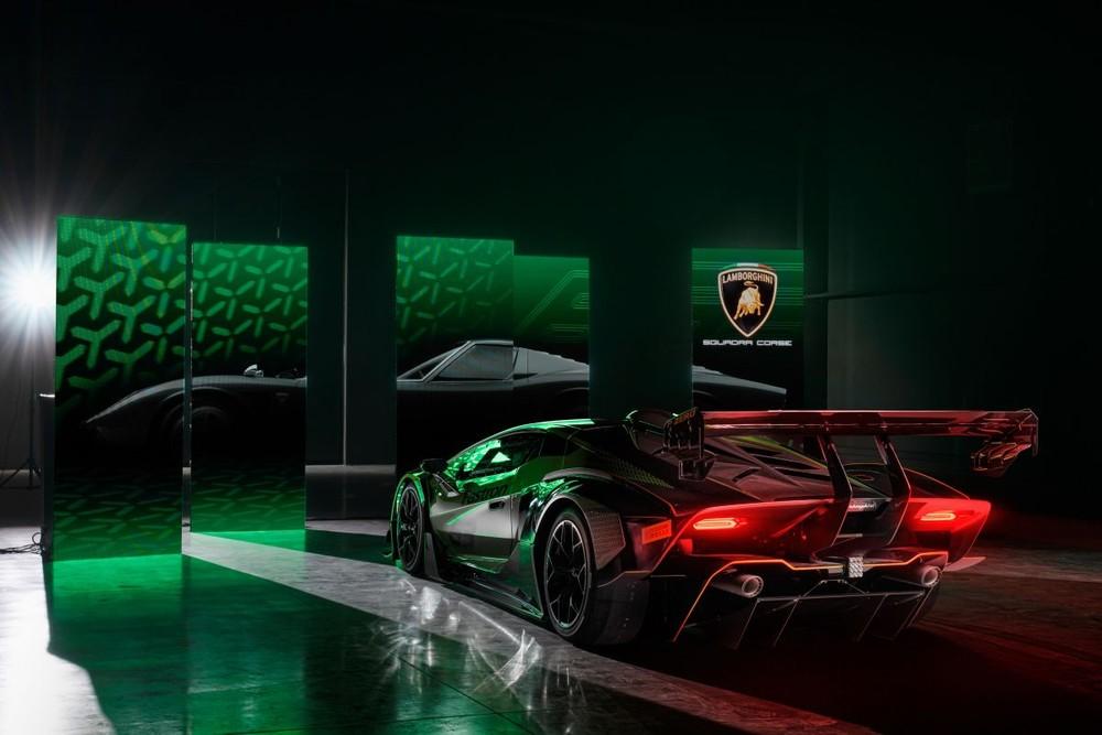 Khung xe Lamborghini Essenza SCV12 hoàn toàn bằng sợi carbon, hệ thống treo sau được lắp trực tiếp vào hộp số của xe vừa giảm trọng lượng và phân phối lực kéo tốt hơn. SCV12 cung cấp tỷ lệ công suất trên trọng lượng 1,66 mã lực/kg. Xe lắp bộ mâm magiê 19 inch phía trước và 20 inch phía sau, đi kèm bộ lốp đặc biệt của hãng Pirelli và hệ thống phanh hiệu suất cao của Brembo.