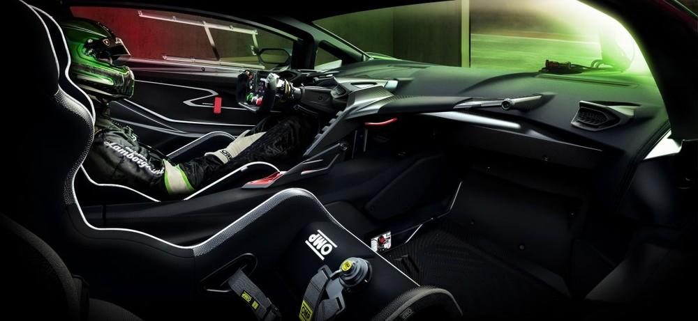 Ghế ngồi và vị trí ngồi cũng được thiết kế thích hợp cho chủ nhân của xe. Bộ ghế trên xe được sản xuất bởi OMP và đạt các tiêu chuẩn của FIA với vỏ được làm cứng bằng sợi carbon nhằm đảm bảo sự an toàn cho người lái.