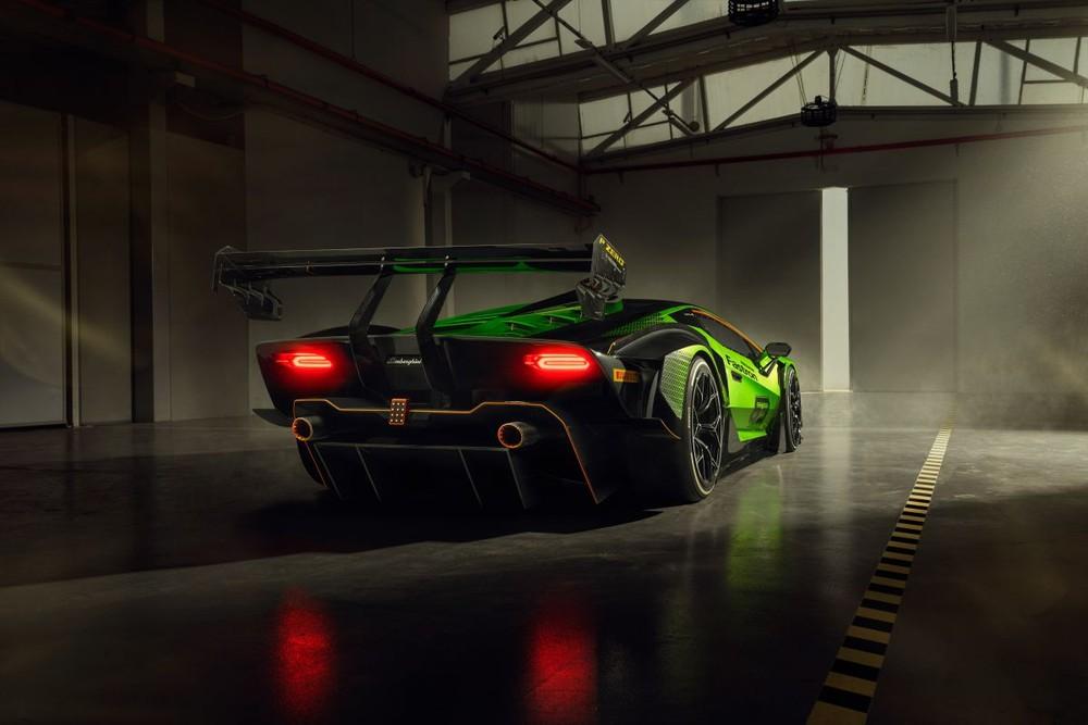 Thiết kế đuôi xe của Lamborghini Essenza SCV12 với khuếch tán sau xếp tầng giúp xe tăng lực ép xuống mặt đường, ngoài ra là cặp ống xả đặt cao, đèn hậu LED cá tính hay cánh gió đuôi khổng lồ giúp xe có tính khí động học tốt hơn.