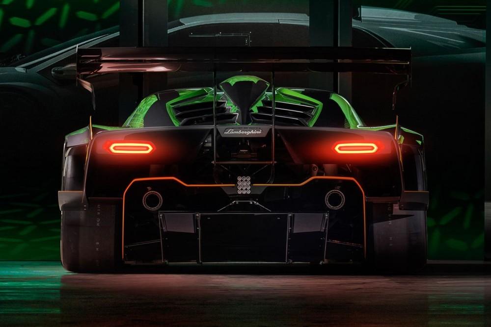 Ngoại thất của Essenza SCV12 được Lamborghini Centro Stile thiết kế cấu trúc thân xe chỉ có ba yếu tố để cho phép thay thế nhanh chóng và bốn màu sắc ấn tượng như xanh Verde Silvans, xám Grigio Linx, Nero Aldebaran Gloss và Arancio California.