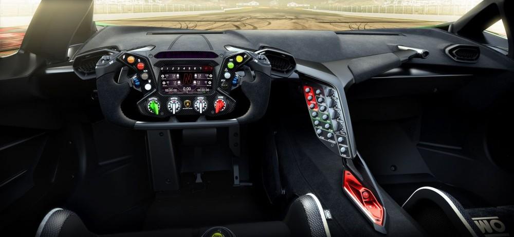 Lamborghini mang đến bên trong khoang lái của Essenza SCV12 với mục đích khiến người lái tập trung vào những trải nghiệm mà chiếc xe mang lại. Vô-lăng được tính hợp các nút chức năng như xe đua giúp người lái không cần rời tay vẫn có thể điều chỉnh các chức năng.
