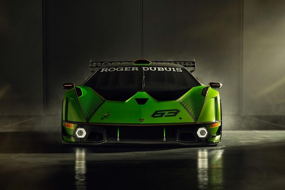 Nhìn trực diện phần đầu xe, Lamborghini Essenza SCV12 có cánh lướt gió ở cản trước kéo dài cùng hai hốc hút gió đặt kế bên đèn chiếu sáng. Phần trên của đầu xe được thiết kế phẳng và tối giản với hai lỗ thoát gió của đường ống gió nói trên, kết hợp cùng các cánh mang để hướng luồng gió vòng qua chiếc xe và tạo lực ép. Ngoài ra không thể kể đến đèn pha LED lục giác 2 lớp rất ấn tượng của Lamborghini Essenza SCV12.