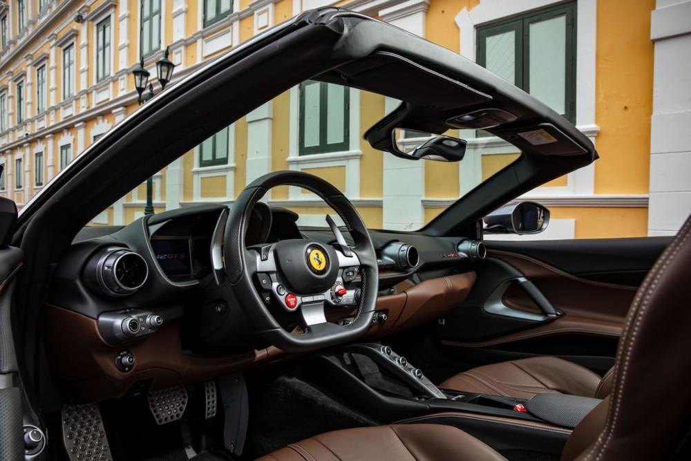 Nội thất siêu xe mui trần Ferrari 812 GTS mới ra mắt tại Thái Lan