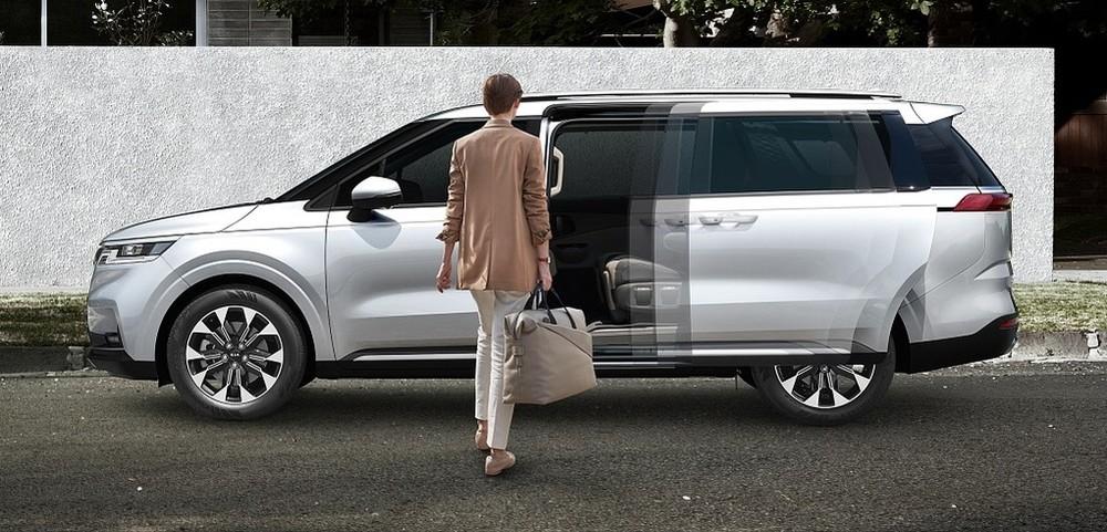 Kia Sedona 2021 là mẫu xe đầu tiên trên thế giới được trang bị cửa trượt tự động mở