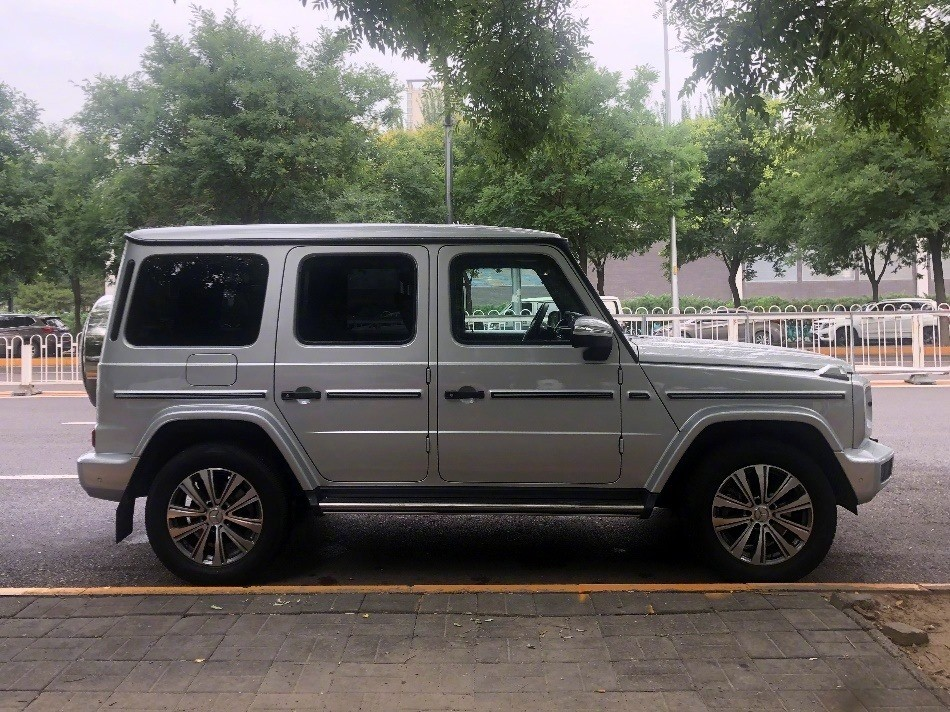 The Mercedes-Benz G350 uses smaller rims than other versions