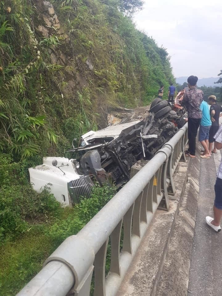 Chiếc xe đầu kéo bị hư hỏng nặng sau vụ tai nạn