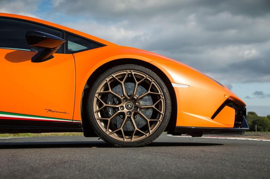 Bộ mâm đa chấu kép trên siêu xe hiệu suất cao Lamborghini Huracan Performante
