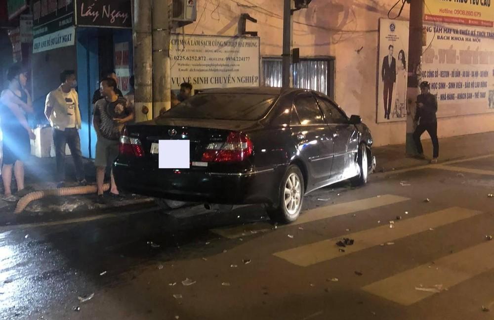 Chiếc xe Toyota Camry sau va chạm với xe taxi đã tông tiếp vào một trụ đèn bên đường