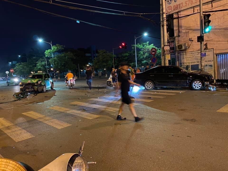 Vụ va chạm giao thông khiến 2 chiếc ô tô hư hỏng nặng