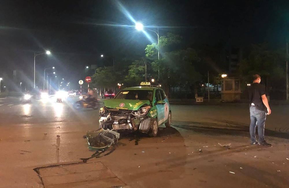 Hình ảnh tại hiện trường vụ tai nạn giao thông giữa xe taxi