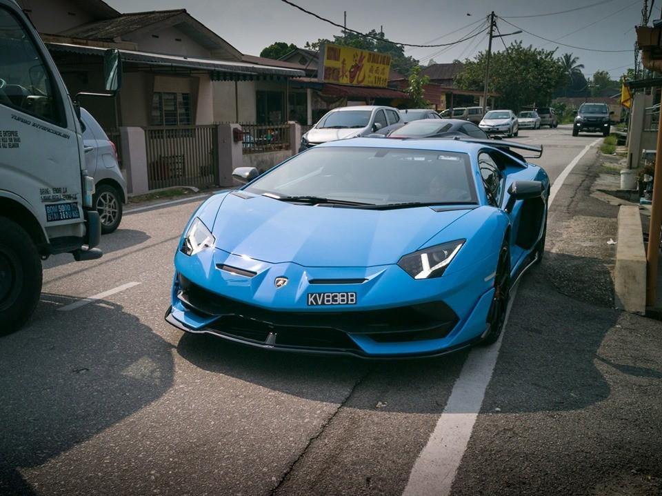 Lamborghini Aventador SVJ xanh biển