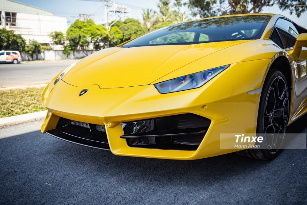 Hốc gió trước của siêu xe Lamborghini Huracan bản dẫn động cầu sau có thêm thanh chia gió nằm ngang